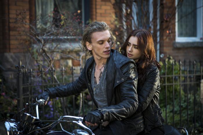 Clary (Lily Collins) und Jace (Jamie Campbell Bower) entwickeln Gefühle füreinander.